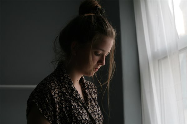 抑郁前有八种迹象,首先是长期压抑情绪